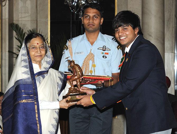 Sufyan Shaikh receiving the Tenzing Norgay National Adventure Award from former president Pratibha Patil