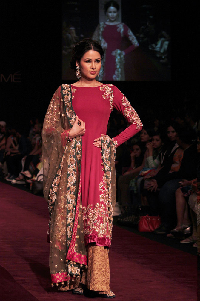 Model Shruti Agarwal showcases a Shyamal and Bhumika creation.