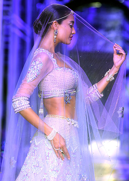 Lisa Haydon for Tarun Tahiliani