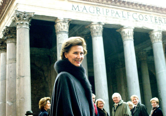 Queen Sonja of Norway walks in central Rome with the ancient Pantheon in the background.