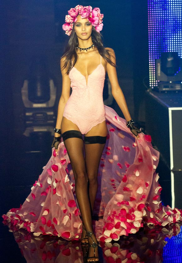 IMAGES: Sexy lingerie on the Paris catwalk!