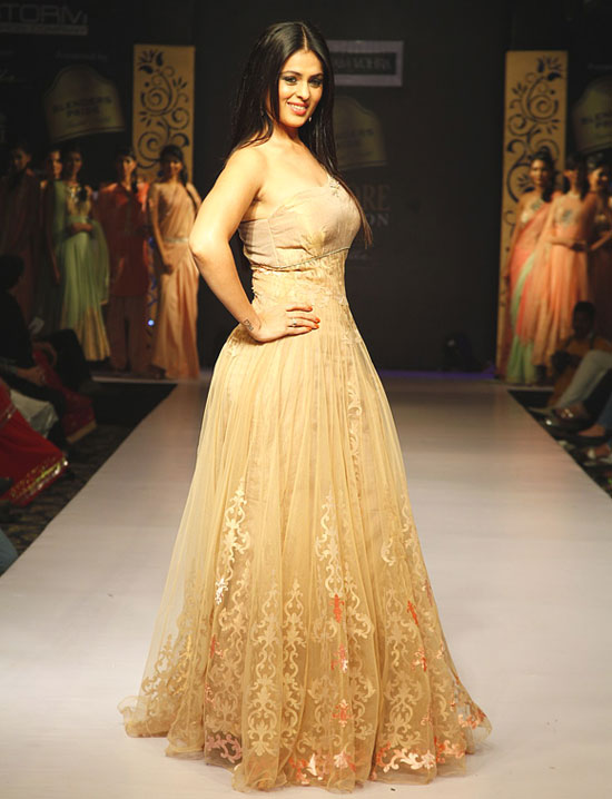 Anjana Sukhani models for Poonam Vohra.