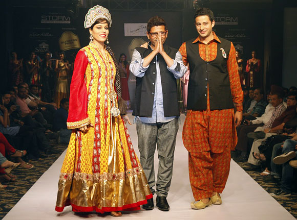 Jyoti Rana, Zulfi Sayed with designer Mumtaz Khan