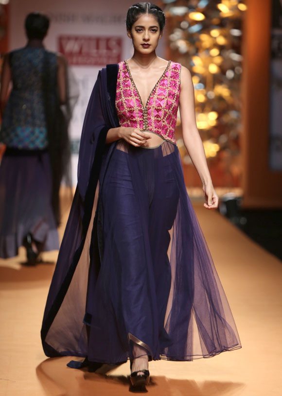 Diva Dhawan shashays dows the catwalk for Manish Malhotra.