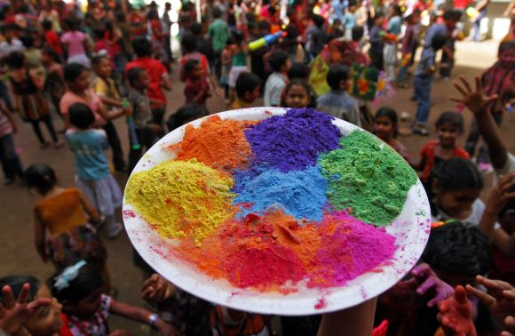 This Holi, make gulal with natural, home-made ingredients