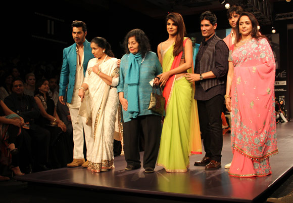 Don't Miss: Asha Bhosle rocks the ramp at 80!