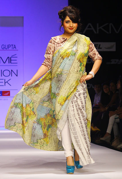 Gupta's showstopper actor Misti Mukherjee walked the ramp in a dual map print sari