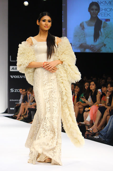 CHECK OUT: Hot Evelyn Sharma sizzles on LFW ramp