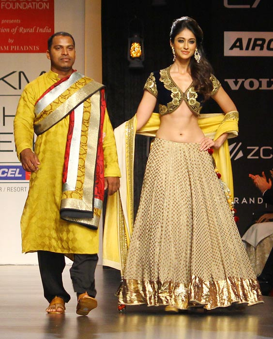 Ileana D'Cruz walks the ramp for Vikram Phadnis.