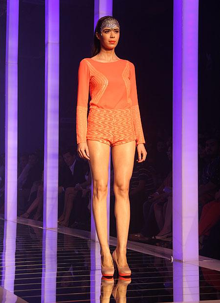 PHOTOS: Kareena Kapoor closes Lakme Fashion Week