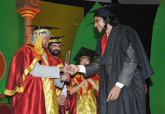 Sriram Venkitaraman receives his medical degree from former president Abdul Kalam