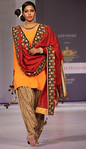 PICS: Breathtaking Indian weaves on Rajasthan runway