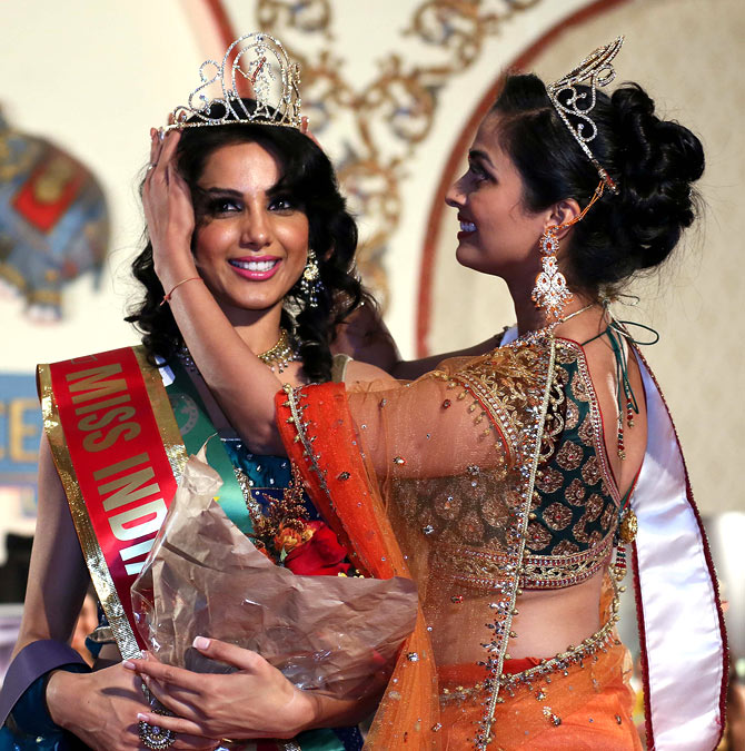 Monica Gill being crowned by outgoing Miss India USA 2012 Priyan Bhargava