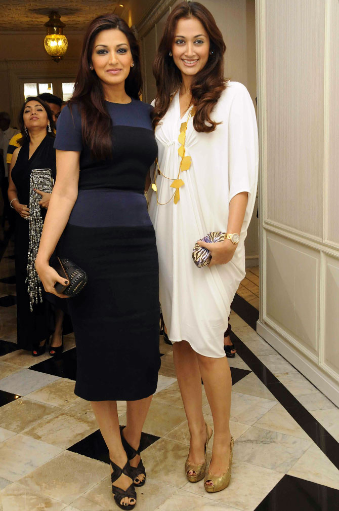 Sonali Bendre strikes a pose with Gayatri Oberoi.