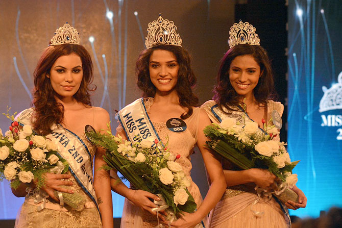 Manasi Moghe flanked by Srishti Rana (L) and Gurleen Grewal
