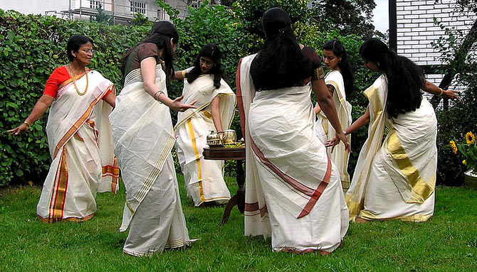 Women from Kerala performing the Kaikottikali