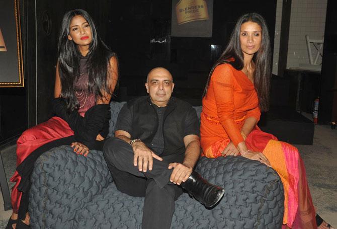 Tarun Tahiliani is flanked by Carol Gracias (L) and Mehr Rampal.