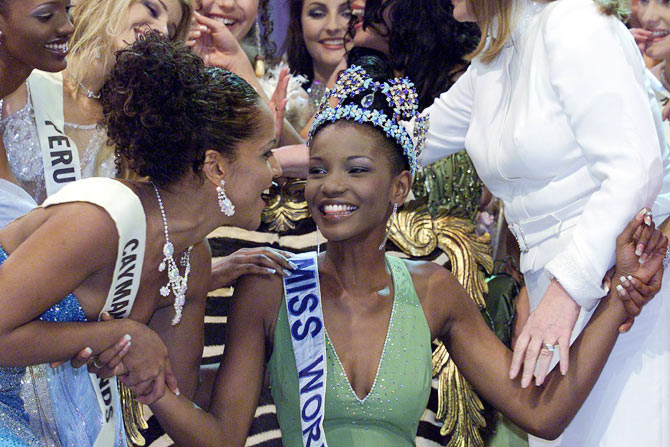 Miss World 2001 Nigeria Agbani Darego (R), 18, is crowned by former Miss World from India Priyanka Chopra (L) during the final at the Sun City west of Johannesburg November 16, 2001. From a field of 93 contestants, Darego took first place ahead of Zerelda Lee, of Aruba and Scotland's Juliet-Jane Horne.