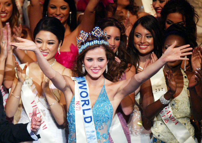 Miss Peru Maria Julia Mantilla Garcia (C) celebrates with other contestants after being crowned Miss World 2004 on December 4, 2004 in Sanya, on China's southern resort island of Hainan.