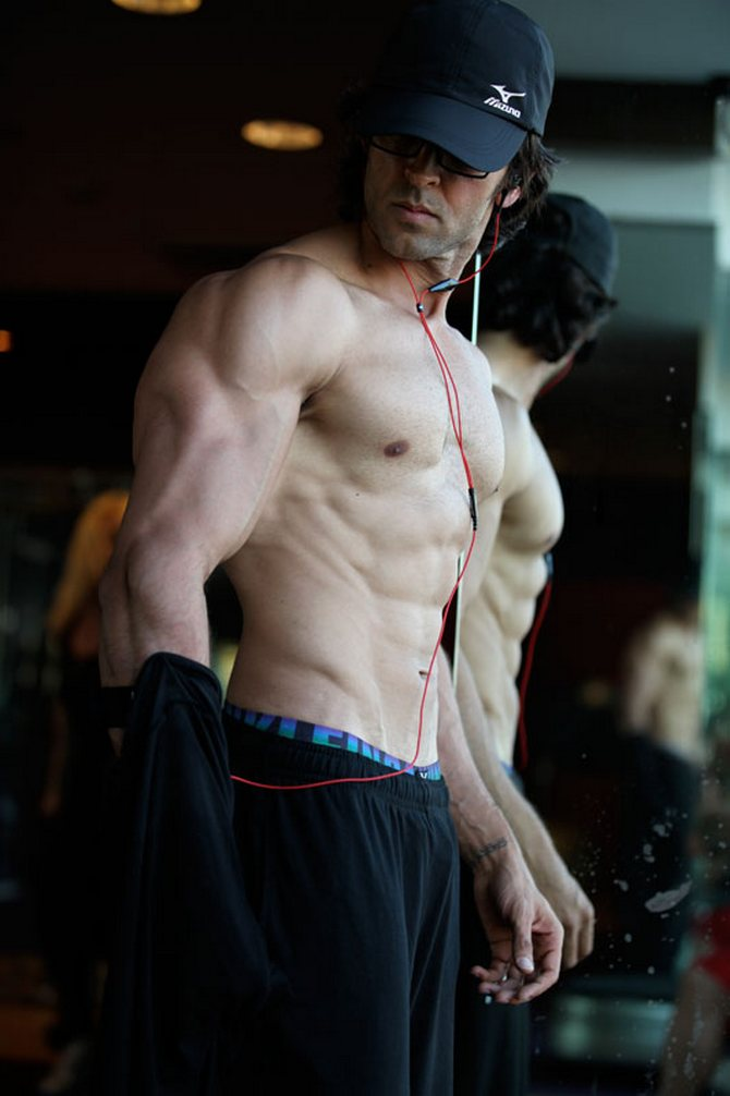 Always wanted a physique like Hrithik Roshan? Here's how you can get it!
