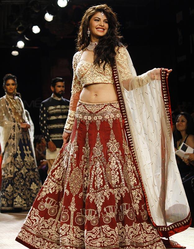 Jacqueline Fernandez showstops for Anju Modi.