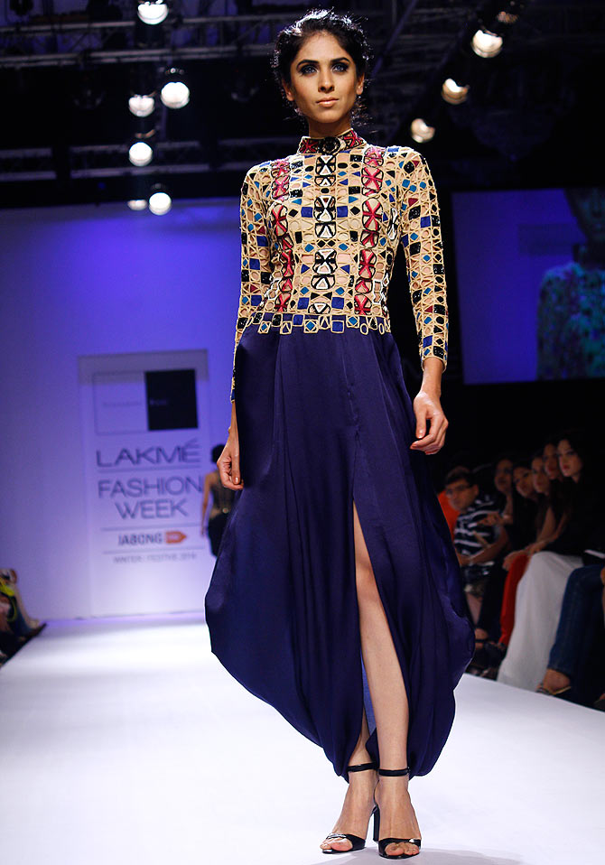 A model in a Sonaakshi Raaj creation.