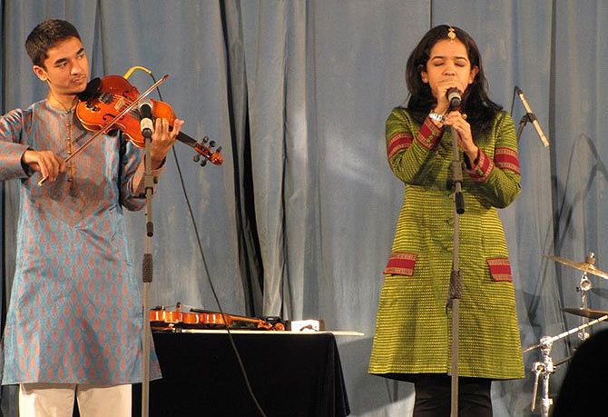 Ambi performing with Bindu Subramaniam
