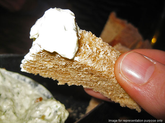 Seasoned bread with mint garlic yogurt dip