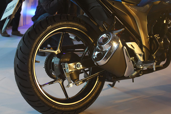 The 155cc Gixxer gets unique dual mufflers which is not available in any motorcycle in the 150cc category.