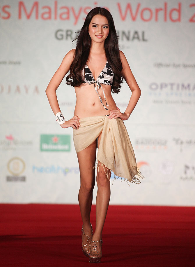 Contestant Stephanie Lim walks down the stage during the Grand Finale of Miss Malaysia World 2013.