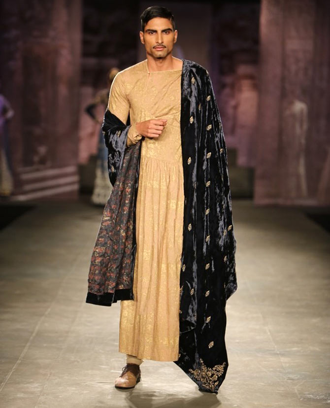 A model walks the runway for Anju Modi at the India Couture Week.