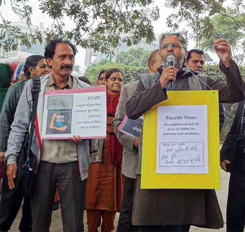 Teachers and students at Delhi University demand that the four year bachelor programme be rolled back.