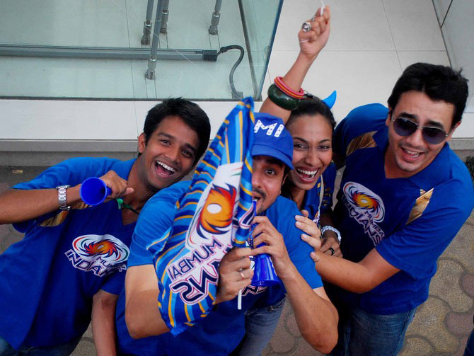 Mumbai Indians' fans arrive to watch the Indian Premier League (IPL) cricket match between Mumbai Indians' and Deccan Chargers at a stadium in Mumbai May 14, 2011.