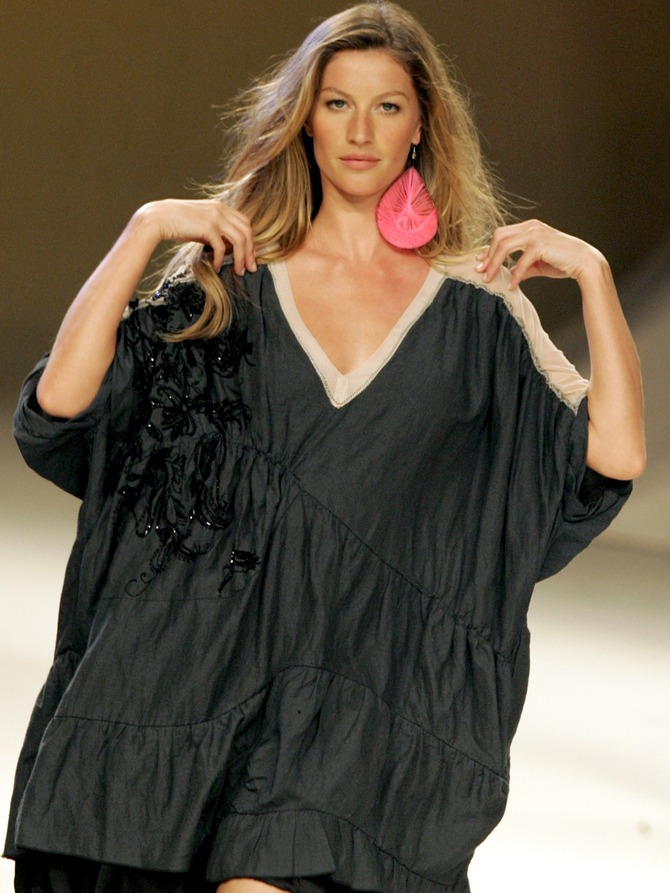 Gisele wears a creation from Colcci's 2007 spring/summer collection during the Fashion Rio Show.
