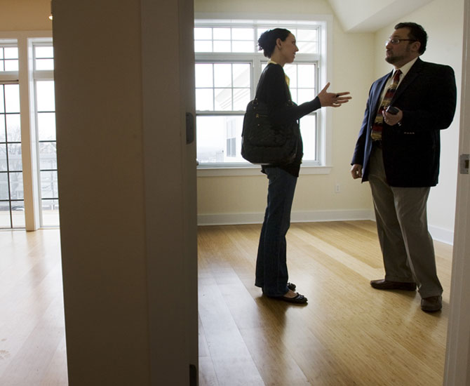 When it comes to real estate, female agents are paid better than their male colleagues.