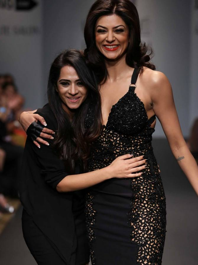 Kresha Bajaj (L) with her showstopper Sushmita Sen