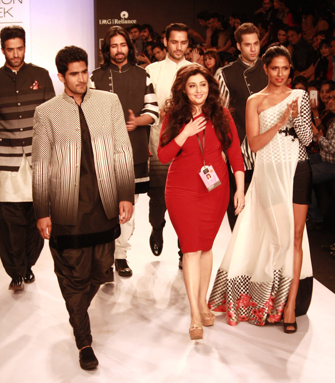 Vijender Singh with designer Archana Kochhar taking a bow