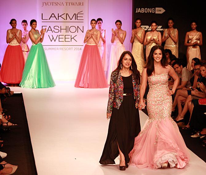Sunny Leone struts the ramp along with designer designer Jyotsna Tiwari