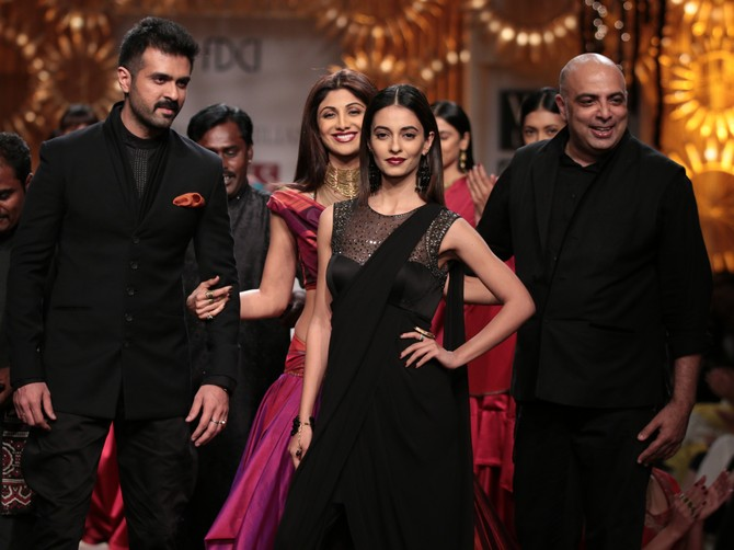 The showstoppers pose with Tarun Tahiliani