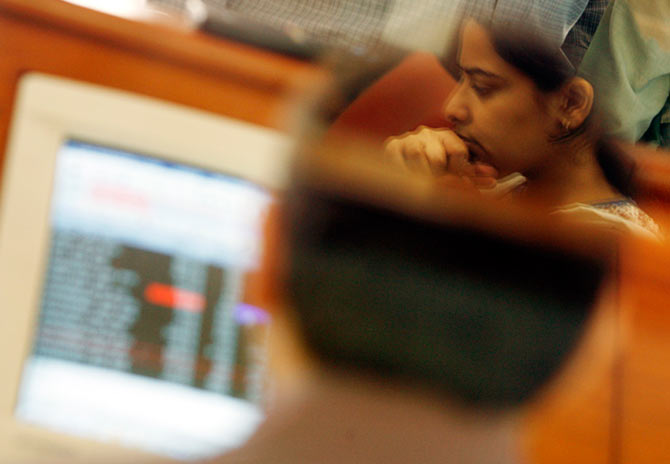 Stock brokers engage in trading at a firm in Mumbai April 2, 2007. Indian shares fell 4.7 percent on Monday to their lowest close in two weeks after an unexpected interest rate increase rattled investors and triggered a sell-off across sectors led by banks and software services.