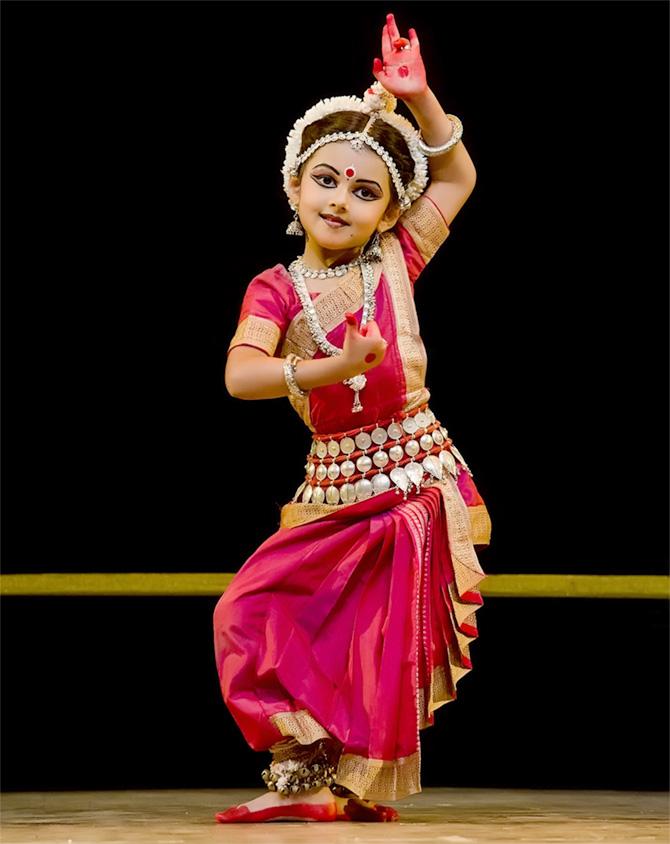 nacktes-bild-des-indischen-kleinen-maedchens