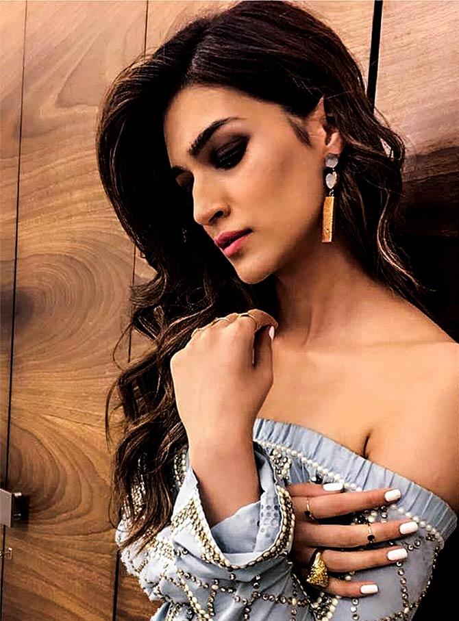 Latest News from India - Get Ahead - Careers, Health and Fitness, Personal Finance Headlines - StyleDiaries: Kriti's denim dress vs Sonam's sari?