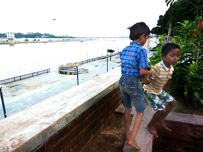 Children playing on the banks of Sabarmati river