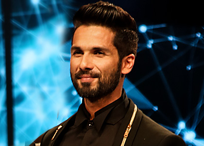 Latest News from India - Get Ahead - Careers, Health and Fitness, Personal Finance Headlines - Wait! Did Shahid just wear gold gloves like MJ?