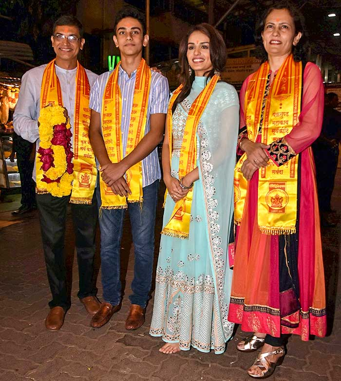 Manushi Chillar with family