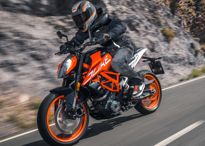 Bike Wars: Bajaj Dominar vs KTM 390 Duke