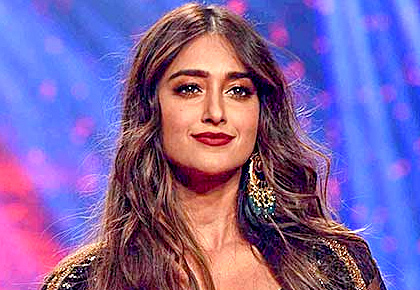 Smokin' hot: Ileana flashes toned abs in black