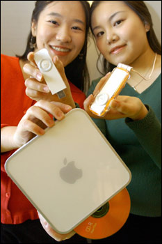 South Korean promoters show the new Mac Mini and the iPod Shuffle during its unveiling press conference in Seoul. Photo: Jung Yeon-Je/AFP/Getty Images