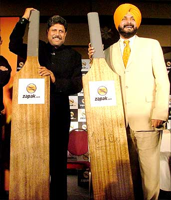 Former Indian cricket captain Kapil Dev (L) with former opening batsman Navjot Singh Sidhu at the launch of the new multiplayer cricketing game from Zapak.com. Photograph: Saab Press