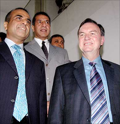 Wal-Mart vice chairman Mike Duke (right) with Bharti Enterprises chairman Sunil Mital (left) and managing director Rajan Mital (centre).